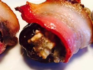 Datte au fromage bleu, noix et bacon