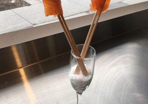 Gravlax de saumon et un verre de Chablis